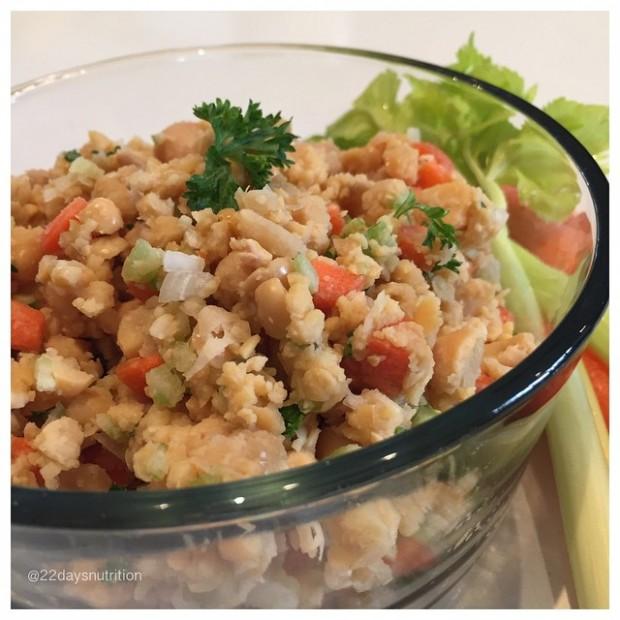 Sugestão para o jantar: salada de atum com cebola, cenoura, grão de bico, salsa, limão e aipo (Crédito: Divulgação 22 Days Nutrition)