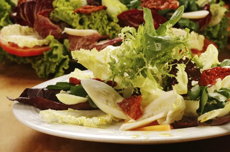 Salada de folhas com palmito, tomate-seco e cenoura (Crédito: Divulgação)