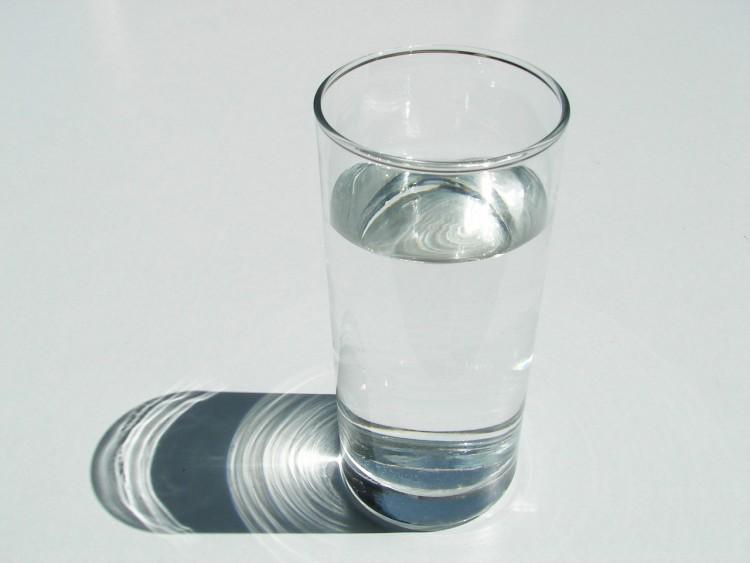 Quem toma mais água ingere menos bebidas adoçadas, de acordo com estudo (Foto: Freeimages)