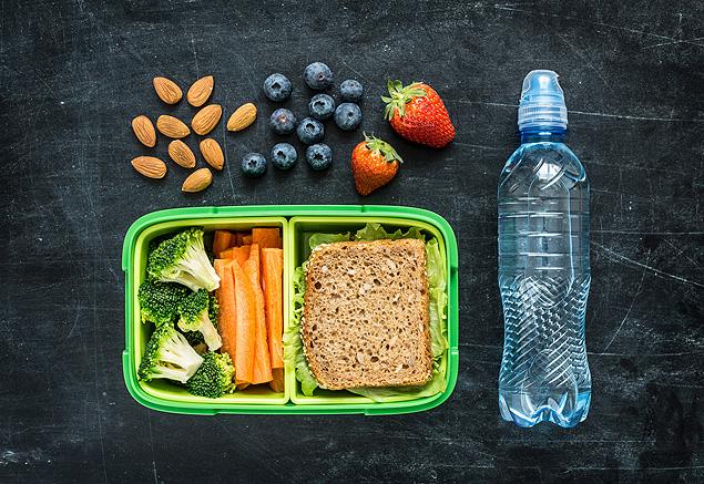 Castanhas, sanduíches, frutas e vegetais geralmente são consumidos no intervalo das refeições (Foto: Fotolia)